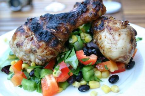 Manchons de poulet marinés et salade de haricots noirs